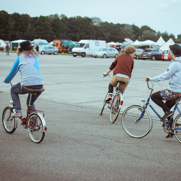 vrienden fietsen over de kamping