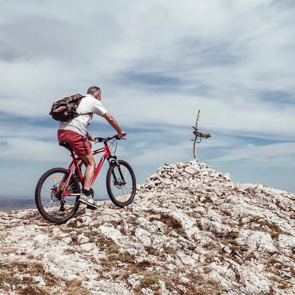 Mountainbiker rijdt naar de top van besneeuwde berg