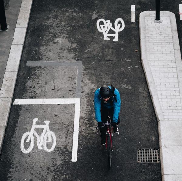 fietser op fietspad tekens op wegdek communiceren waar je moet fietsen