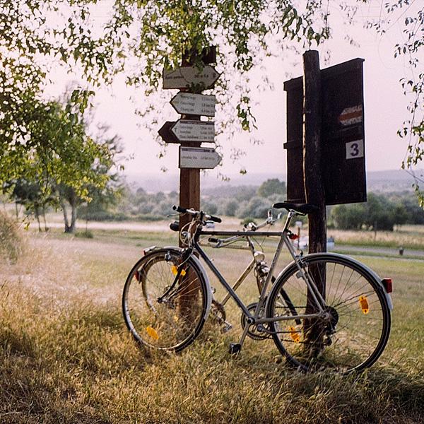 fiets geparkeerd tegen richtingwijzer