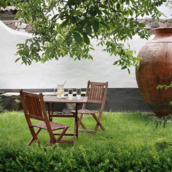 tuin met picknickset en beeld van enorme waterkruik
