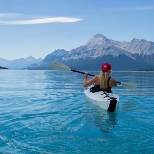 meisje in kano op blauw meer