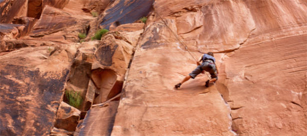 bergbeklimmer op steile rotswand