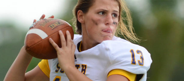 american football speelster met bal kijkt gefocused naar doel
